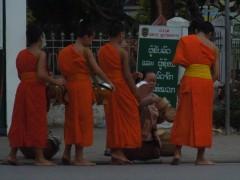 Cérémonie d'offrande aux moines