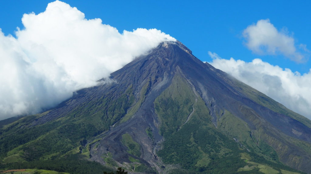 Superbe photo en étant plus proche du sommet Mont Mayon!!